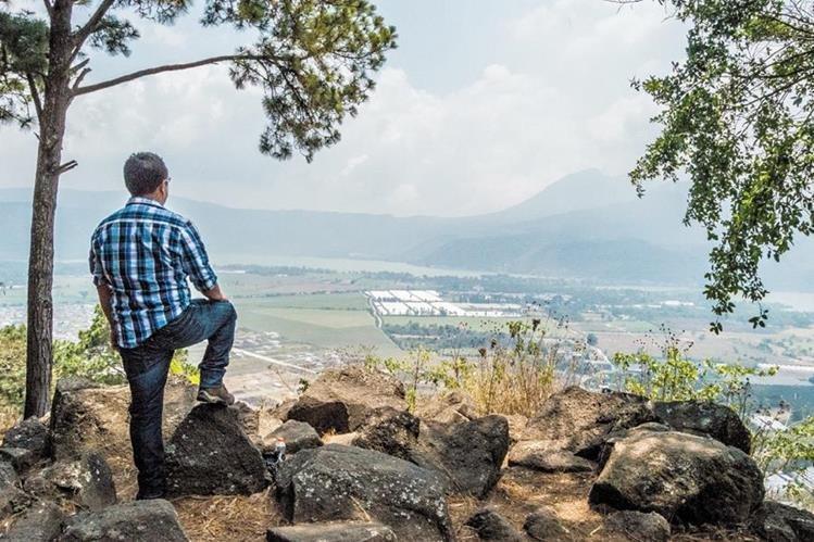 En uno de sus puntos es posible contemplar un enorme valle, montañas, volcanes y el bonito Lago de Amatitlán.
