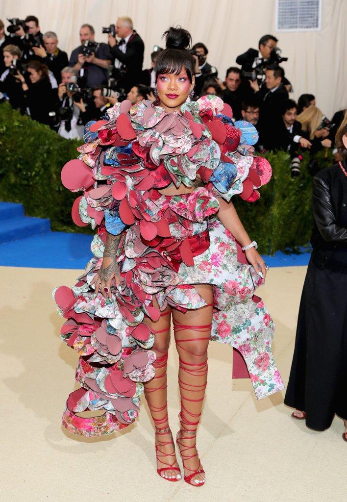 Rihanna, apareció en una extravagante creación de Comme des Garçons, otoño 2016, que coordinó con unas sandalias rojas de tiras que llegan al muslo. (Foto Prensa Libre:  Getty Images)