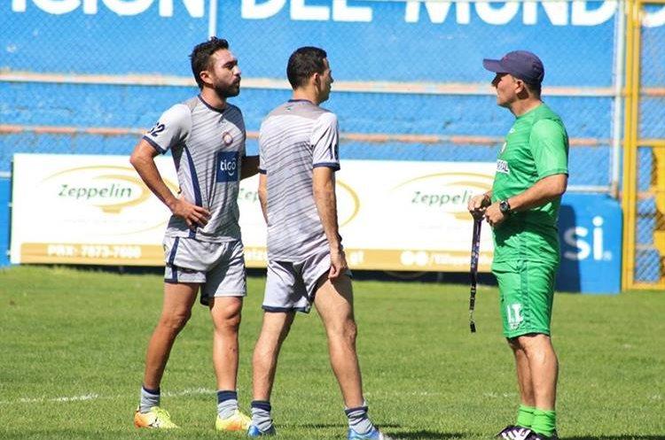 El técnico Ramiro Cepeda considera que con la llegada de Marco Pappa su equipo se fortalece en la zona ofensiva. (Foto Prensa Libre: Raúl Juárez)