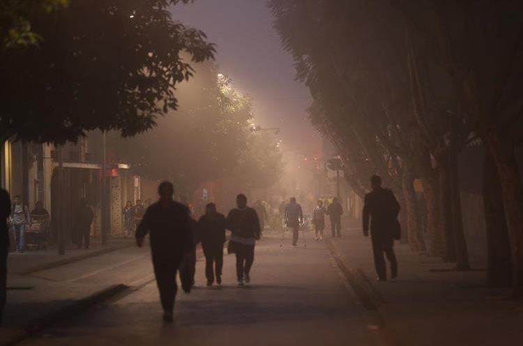 Personas abrigadas caminan durante una mañana fría en el Paseo de la Sexta en la zona 1. (Foto Prensa Libre: Hemeroteca PL)