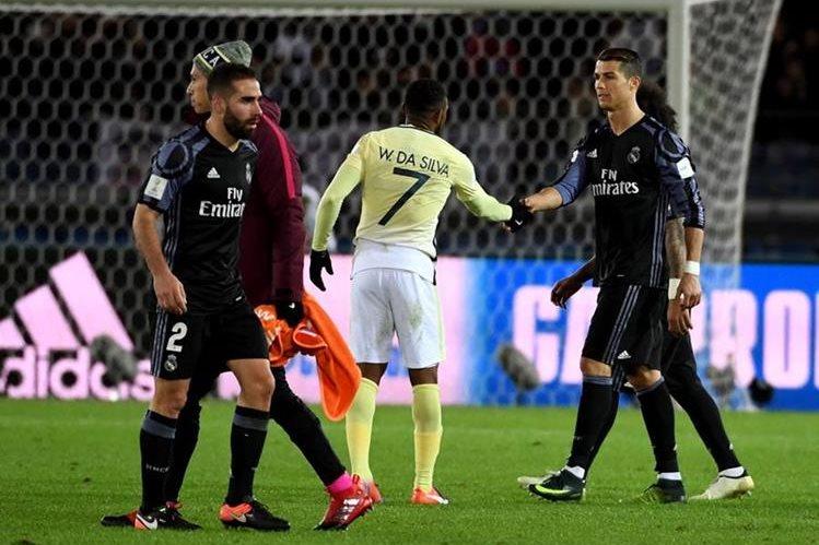 El brasileño William Da Silva del América saluda al portugués Cristiano Ronaldo al final del partido. (Foto Prensa Libre: AFP)