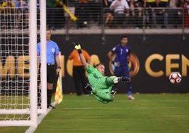David Ospina, portero de Colombia, detiene el penalti de Miguel Trauco, de Perú (Foto Prensa Libre: AFP)