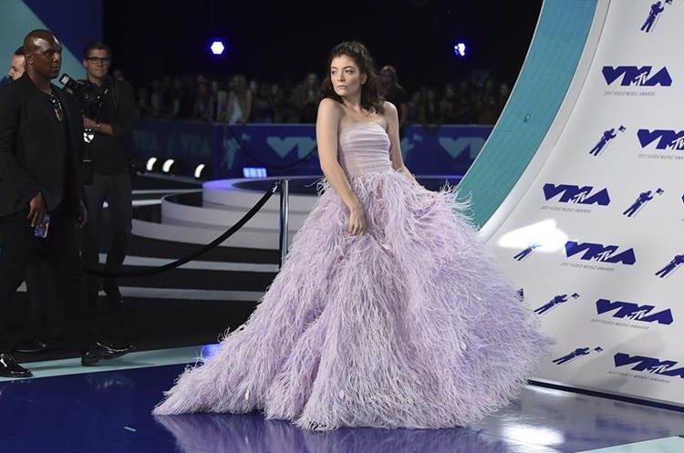 La cantante Lorde fue una de las primeras en llegar a la alfombra roja de los MTV Video Music Awards. (Foto Prensa Libre: Jordan Strauss/Invision/AP).