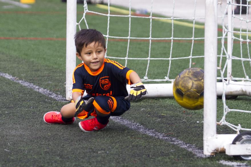 Adrián sueña con ser un futbolista profesional. Su ejemplo a seguir es Lionel Messi. (Foto Prensa Libre: Norvin Mendoza)