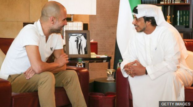 El jeque Mansour. junto a Pep Guardiola, ha tenido un impacto que trasciende el fútbol en Manchester. (Foto Prensa Libre: BBC News Mundo)