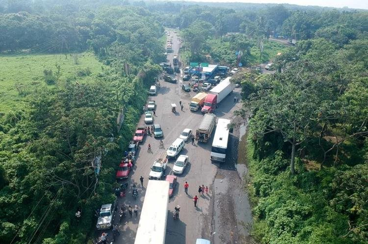 Largas filas de vehículos se formaron por el bloqueo de padres de familia. (Foto Prensa Libre: Rolando Miranda)