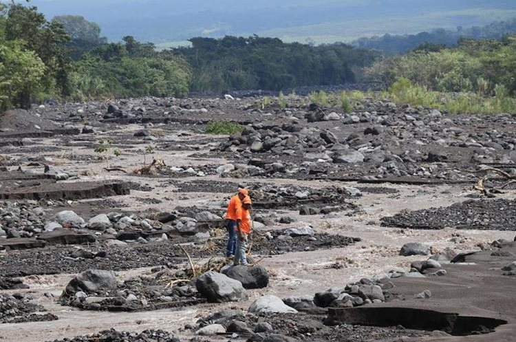 El descenso de lahares en comunidades de la Costa Sur causa preocupación. (Foto Prensa Libre: Carlos Paredes)