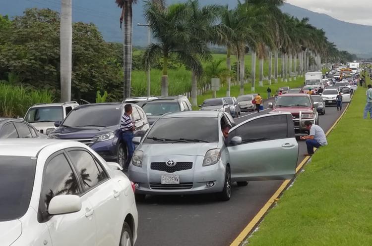 Largas filas de vehículos se han formado en la Autopista Palín-Escuintla por la manifestación en el km 55. (Foto Prensa Libre: Enrique Paredes).