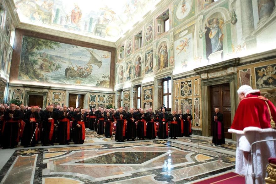 El Papa Benedicto XVI se reunió con el colegio Cardenalicio  en la Sala Clementina del Vaticano el 28 de febrero de 2013. (Foto: AFP)