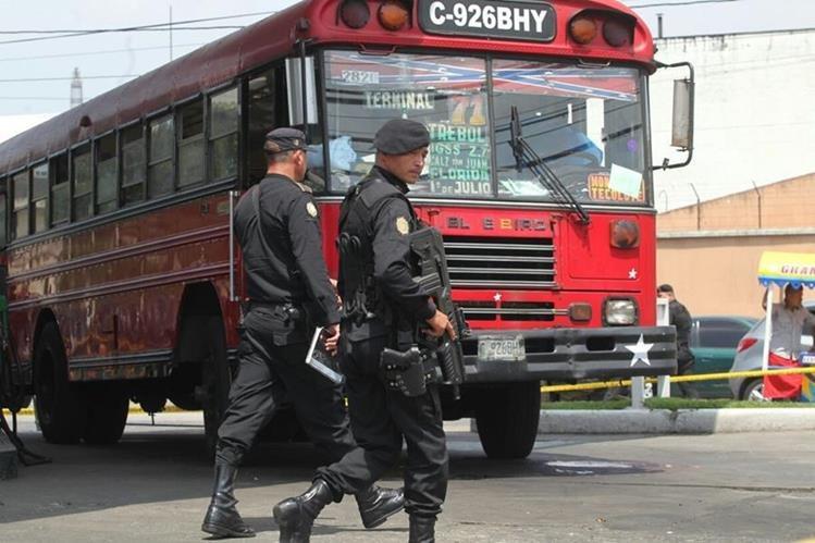 Autobús atacado a balazos por desconocidos en la zona 9 de la capital. (Foto Prensa Libre: Érick Ávila)