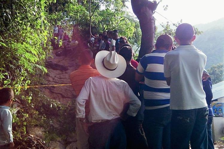 Cadáveres fueron encontrados en un camino peatonal de terracería. (Foto Prensa Libre: Héctor Contreras)