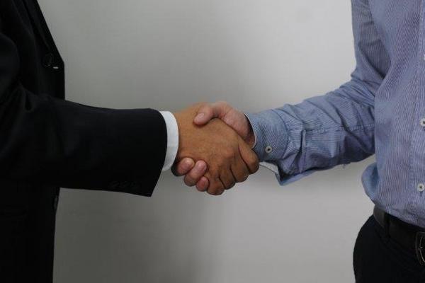 El apretón de manos es una regla elemental de cortesía que refleja el nivel de educación o cultura que un ser humano tiene.  Foto Prensa Libre: Pamela Saravia Fonseca