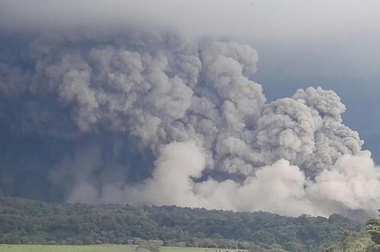 El Volcán de Fuego ha entrado en erupción y la lluvia de ceniza afecta a comunidades cercanas.