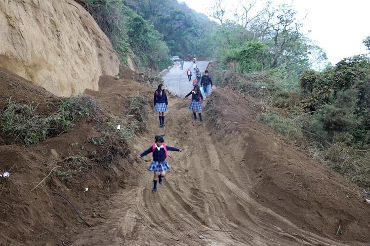 Vecinos de la aldea San Cristóbal El Alto tuvieron que caminar por más una hora para llegar a sus trabajos y centros de estudio. (Foto Prensa Libre: Renato Melgar)