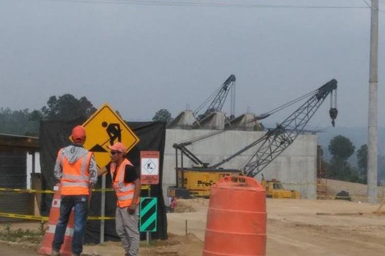 Instalan puente en conexión de Anillo Regional en el km 38 de la ruta Interamericana. (Foto Prensa Libre: Julio Román).