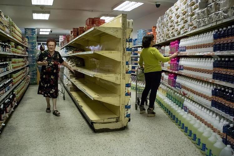 Supermercados venezolanos lucen vacíos; el país se halla sumido en una profunda crisis agravada por la caída de los precios del petróleo. (Foto Prensa Libre: EFE).