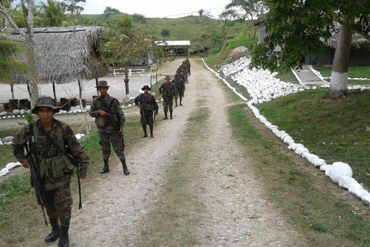 Soldados del Ejército de Guatemala patrullan una zona fronteriza con Belice, luego de varios incidentes con patrullas de ese país. (Foto Prensa Libre: Hemeroteca PL)