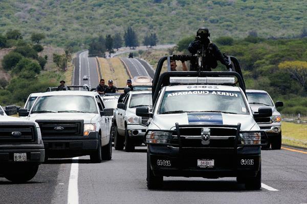 La Policía Federal mexicana se dirige por una de las carreteras de Vista Hermosa, estado de Michoacán. (Foto Prensa Libre:AFP).AFP