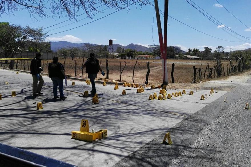 Autoridades revisan una gran cantidad de casquillos de arma de fuego en el lugar del ataque. (Foto Prensa Libre: Hugo Oliva)