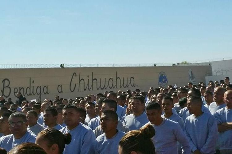 MEX26. CIUDAD JUÁREZ (MÉXICO), 17/02/2016.- Internos del Centro Penitenciario (CeReSo n3) de Ciudad Juárez escuchan al papa Francisco hoy, miércoles 17 de febrero de 2016, durante su visita a este centro penitenciario. El papa Francisco cumple hoy en la fronteriza Ciudad Juárez, en el norteño estado de Chihuahua, la última jornada de su visita a México, iniciada el 12 de febrero, en la que convivirá con reos y trabajadores, y oficiará una misa con migrantes. EFE/Cristina Cabrejas