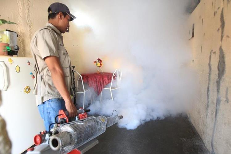Personal del Ministerio de Salud fumigó viviendas de la colonia Bethania en zona 7. (Foto Prensa Libre: Esbin García)