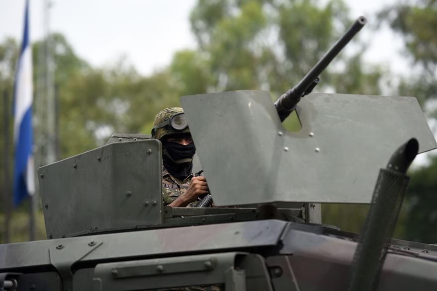 Un soldado de las Fuerzas Especiales de Reacción abordo de un carro armado del Ejército salvadoreño. (Foto Prensa Libre: AFP).