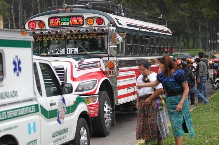 Bus donde fueron asesinados piloto y ayudante en San Lucas Sacatepéquez. Foto Prensa Libre: Érick Ávila.