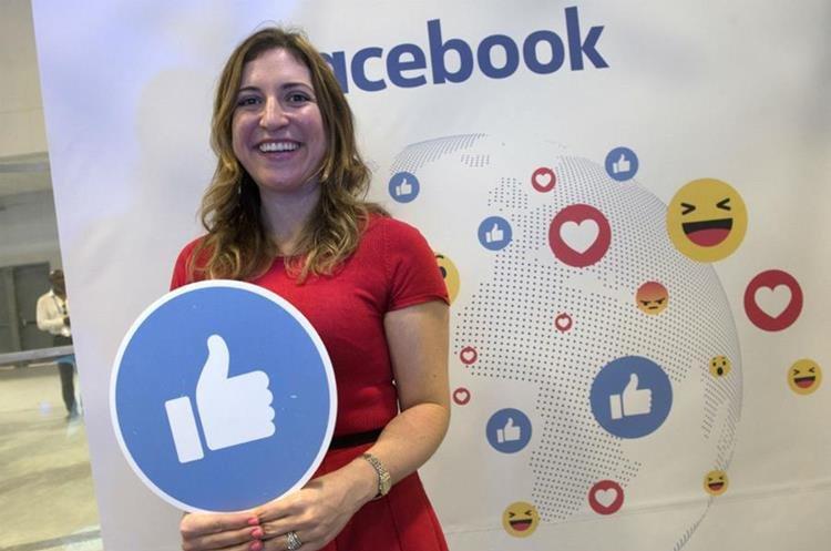 """El pulgar de Facebook, junto al que posa Francesca de Quesada de Facebook América Latina, se levanta hacia arriba en forma de cuatro millones de """"likes"""" por segundo"""