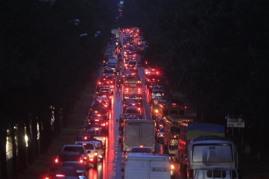 En la noche el tráfico podría ser más denso en arterias principales. (Foto Prensa Libre: Hemeroteca PL)
