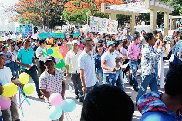 Alrededor de dos mil jóvenes participaron en la caminata. (Foto Prensa Libre: Óscar Gónzález)