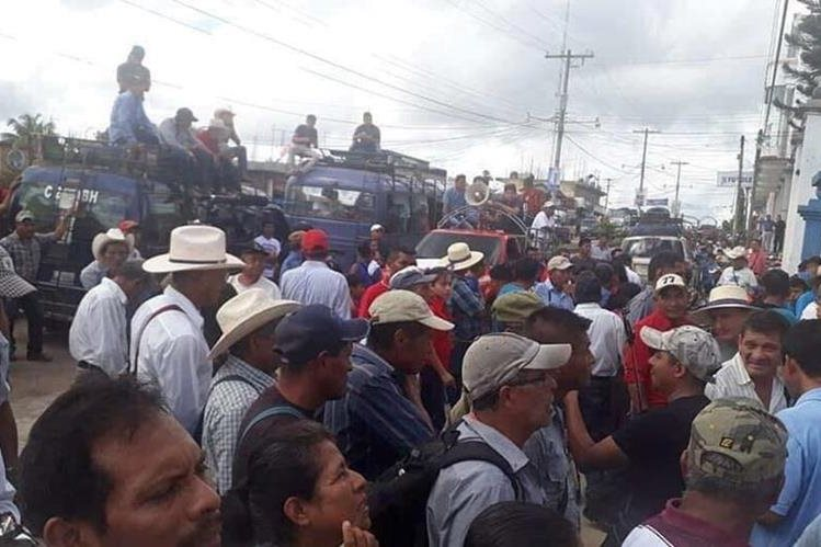 Vecinos de Ixcán, Quiché, exigen reparación de carretera para varias comunidades del municipio. (Foto Prensa Libre: Joel Pérez).