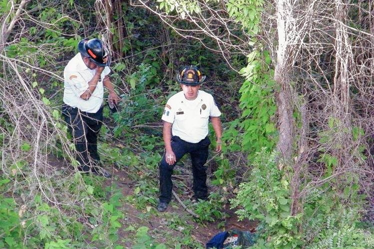 Bomberos Voluntarios observan cuerpo en estado de descomposición de un hombre, en El Progreso. (Foto Prensa Libre: Héctor Contreras)