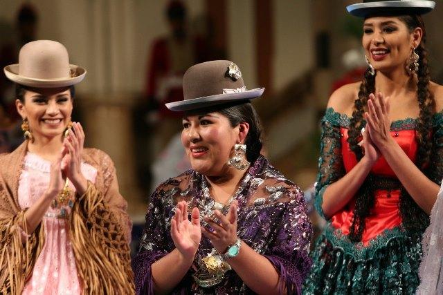 La diseñadora boliviana Eliana Paco Paredes, al centro, junto a reinas de belleza bolivianas en el Palacio de Gobierno de Bolivia, también conocido como Palacio Quemado en La Paz. (Foto Prensa Libre: EFE).
