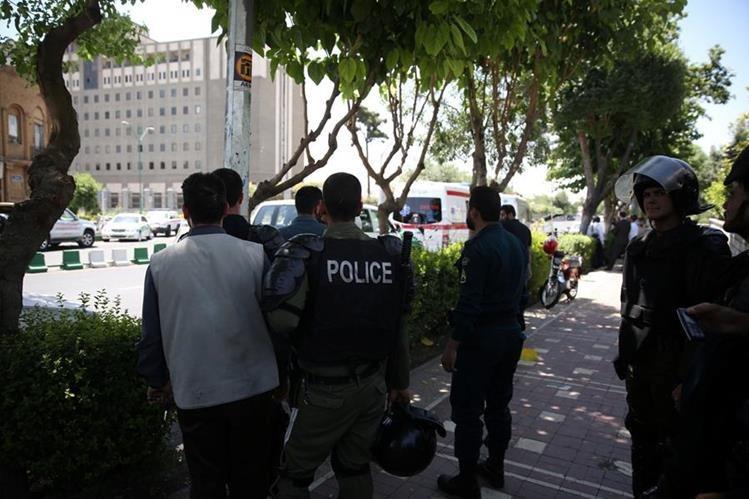 El Estado Islámico se atribuye el doble ataque en Teherán con siete muertos y varios heridos. Foto Prensa Libre: Agencias.