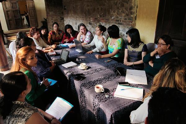 Participantes efectúan mesa de trabajo, en la  que expusieron las fortalezas y debilidades que se tienen en el país en cuanto al tema de la justicia, en Antigua Guatemala. (Foto Prensa Libre: Miguel López)