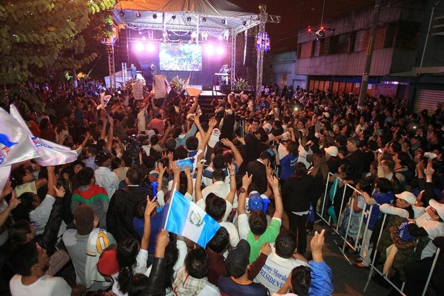 Simpatizantes de Morales lo esperan en la sede del partido en la zona 1 para celebrar la victoria. (Foto Prensa Libre: Esbin García)