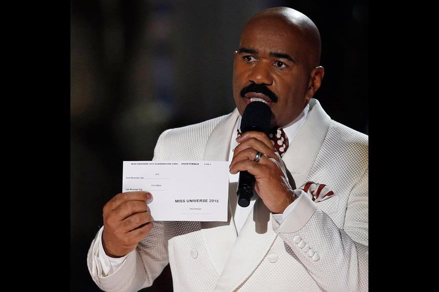 Steve Harvey muestra la tarjeta de los resultados del certamen de belleza y ofrece disculpas por haberlos anunciado de manera errónea. (Foto Prensa Libre, AP)