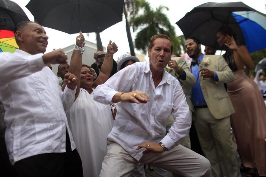 Una pareja gay baila y celebra después de hacer realidad su sueño de casarse. (Foto Prensa Libre: AP).