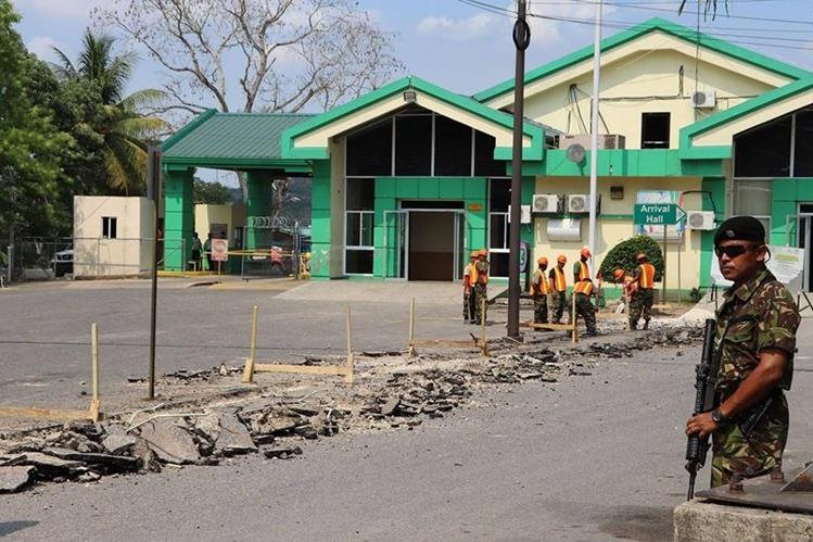 Un soldado beliceño brinda seguridad a la obra que pretenden construir las autoridades de ese país. (Foto Prensa Libre: Gobierno de Belice)
