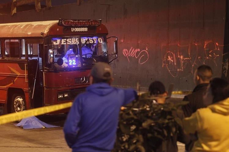 Ataque armado en Avenida La Castellana y 42 calle, zona 8, a un bus de la ruta 22 deja la muerte del piloto y ayudante del bus. (Foto Prensa Libre: Hemeroteca)