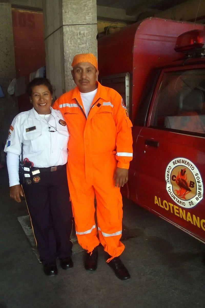 Miriam Luna junto a su cónyuge, Marco Rivas, en la Compañía 55 de los Bomberos Voluntarios, en San Juan Alotenango. (Foto Prensa Libre: Cortesía)