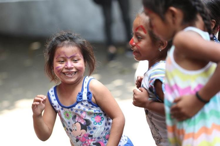 Niñas en un albergue en Santa Lucía Cotzumalguapa, Escuintla, juegan durante una actividad organizada por voluntarios, después de la tragedia del Volcán de Fuego (Foto Prensa Libre: Pablo Juárez).