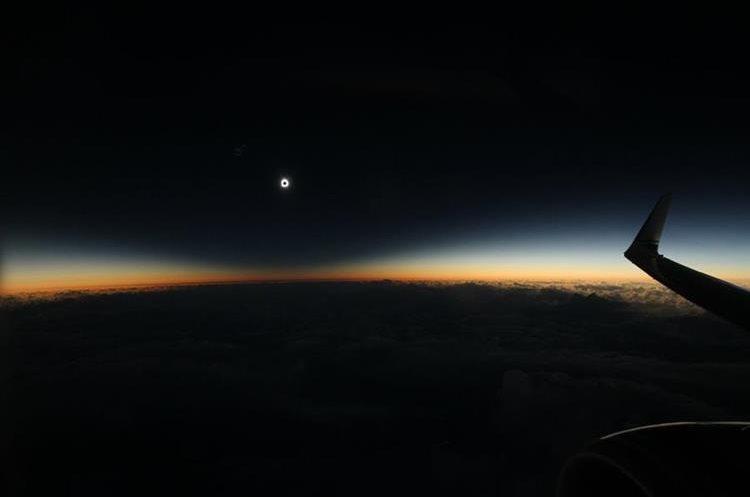 a sombra de la luna llena durante el eclipse solar total el martes 8 de marzo de, 2016, como se ve desde un avión sobre el Océano Pacífico Norte.
