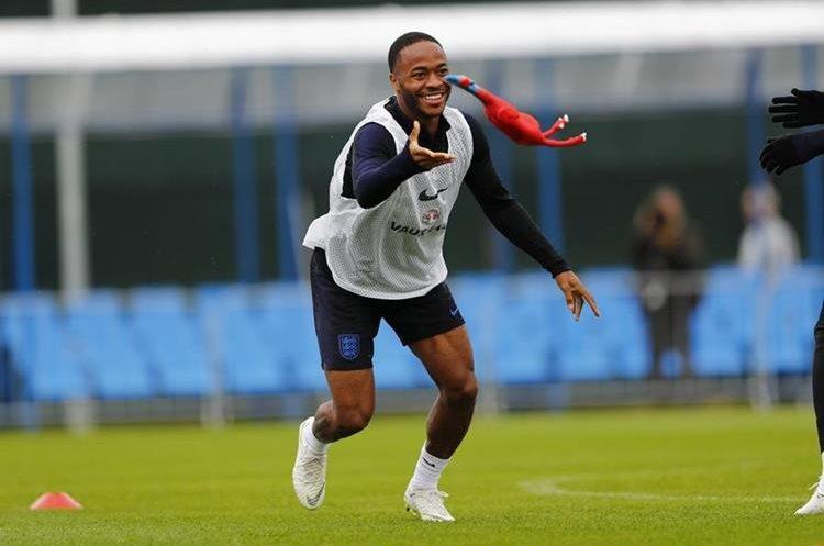 Los jugadores de Inglaterra se divirtieron durante el entrenamiento de este martes. (Foto Prensa Libre: Twitter @England)