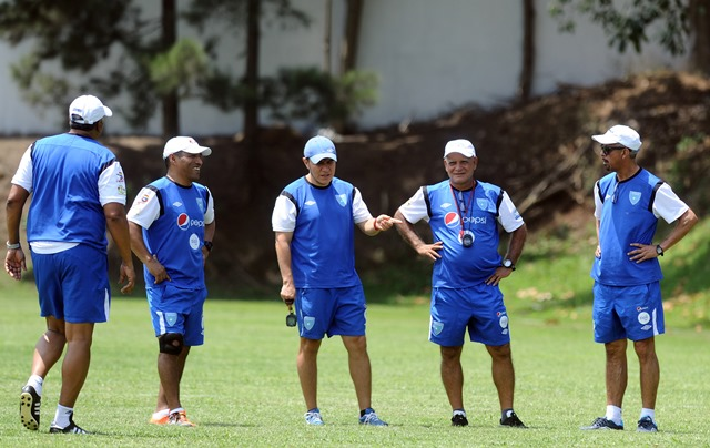 El cuerpo técnico de la Selección Nacional analiza cada partido. (Foto Prensa Libre: Hemeroteca PL)