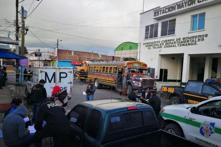 Autoridades investigan asalto a unidad de Transportes Veloz Quichelense. El hecho ocurrió en la Ruta Interamericana, este jueves 28 de junio de 2018. (Foto Prensa Libre: César Pérez Marroquín)