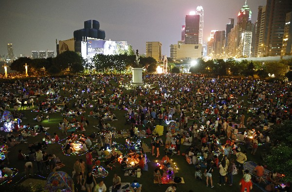 Residentes de Hong Kong Kong aprecian con liternas la belleza de la Luna llena.