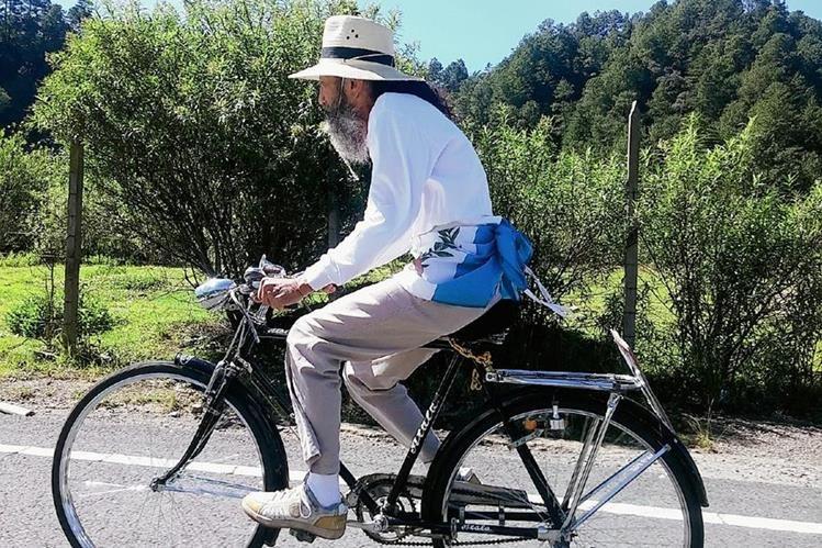 Oswaldo Ochoa, a su paso hoy por Sololá, se desplazaba a pie o en bicicleta. (Foto Prensa Libre: Édgar René Sáenz)