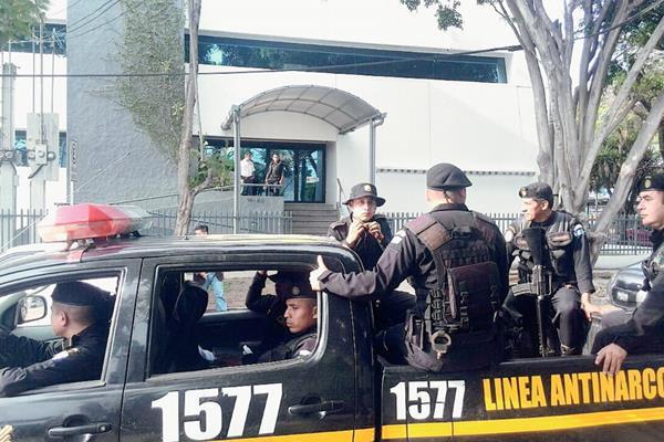 Agentes de la Policía Nacional Civil permanecen a las afueras del hospital Maranatha, en zona 12. (Foto Prensa Libre: Erick Ávila)