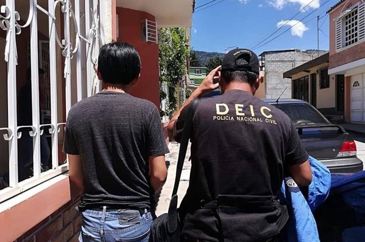 Los detenidos ofrecían plazas para maestros en el Ministerio de Educación. (Foto Prensa Libre: PNC).